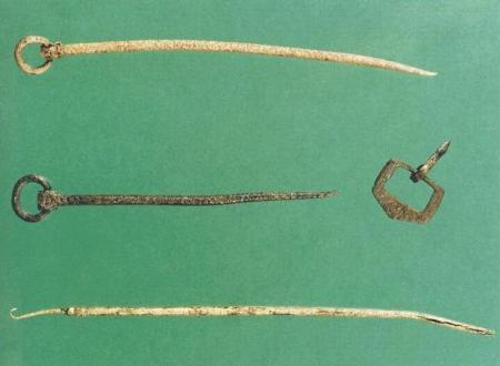 Ilustr. 12. Metalowe przedmioty odkryte na stanowisku archeologicznym przy Exchange Street Upper / Parliament Street: dwie szpile pierścieniowe, sprzączka pasa ze stopu miedzi oraz podłużne narzędzie zakończone haczykiem, służące być może do tkania.